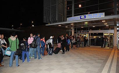 תור ארוך מחוץ לתחנת הרכבת בבאר שבע (צילום: ישראל יוסף) (צילום: ישראל יוסף)