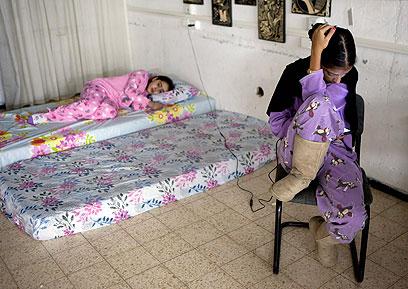 ילדה מנסה לישון במקלט בנתיבות (צילום: EPA) (צילום: EPA)