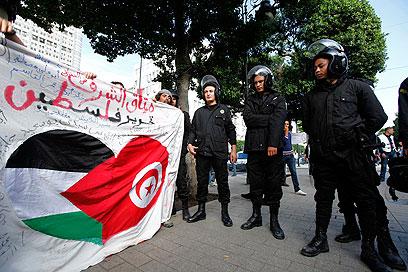 """הפגנה בטוניסיה בזמן מבצע """"עמוד ענן"""" (צילום: רויטרס)"""