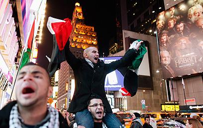 """הפגנה נגד ישראל בטיימס סקוור בניו יורק בזמן """"עמוד ענן"""" (צילום: רויטרס) (צילום: רויטרס)"""