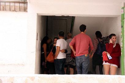 מתכנסים תחת המדרגות. תל אביב (צילום: דנה קופל) (צילום: דנה קופל)