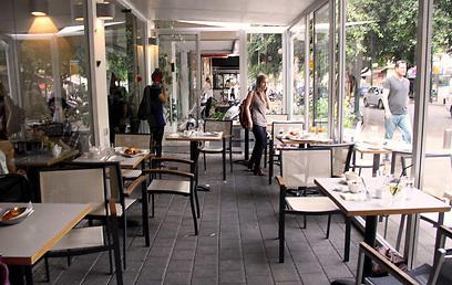 בית קפה תל אביבי בעת האזעקה (צילום: דנה קופל) (צילום: דנה קופל)
