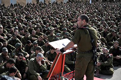 """מח""""ט הצנחנים אל""""מ אמיר ברעם, היום מול המגויסים (צילום: דובר צה""""ל) (צילום: דובר צה"""