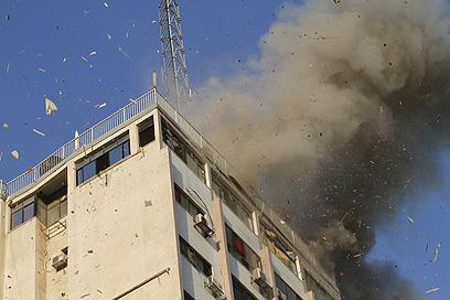 הפצצה ממוקדת של מרכז התקשורת שבו פעל ערוץ חמאס (צילום: AFP)