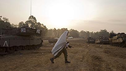 מערך המילואים מתכונן מחוץ לעזה (צילום: AFP) (צילום: AFP)