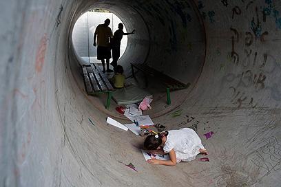ילדים מעבירים את הזמן במיגונית, מושב ניצן (צילום: AP) (צילום: AP)