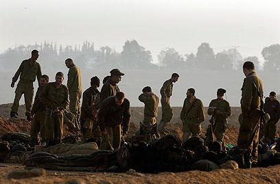 חיילי מילואים סמוך לגבול (צילום: רויטרס) (צילום: רויטרס)