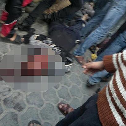 אחת הגופות מוטלת ברחוב ()