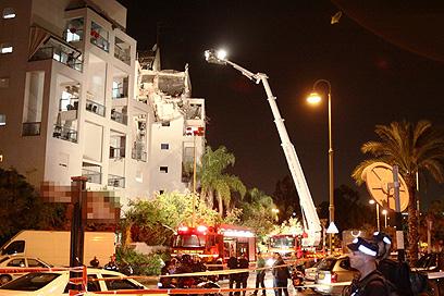 Rishon Lezion building after direct rocket hit (Photo: Avi Muallem)