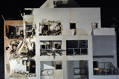 """הפגיעה הישירה בבניין בראשל""""צ במהלך """"עמוד ענן"""" (צילום: דודו אזולאי) (צילום: דודו אזולאי)"""