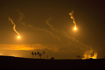 """ירי ארטילרי של צה""""ל מעל רצועת עזה (צילום: AFP) (צילום: AFP)"""