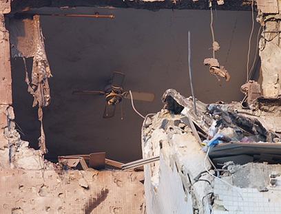 הבניין בראשון לציון שספג אמש פגיעה ישירה (צילום: מוטי קמחי) (צילום: מוטי קמחי)