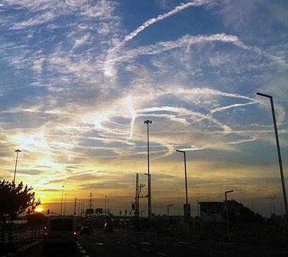 שמי אזור אשדוד הבוקר (צילום: אלה סגל) (צילום: אלה סגל)