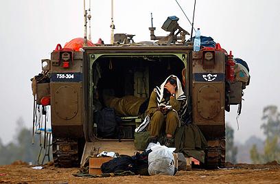 חיילים בגבול הרצועה (צילום: רויטרס) (צילום: רויטרס)