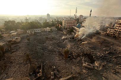 שרידי בניין שהופצץ ברצועה (צילום: רויטרס) (צילום: רויטרס)