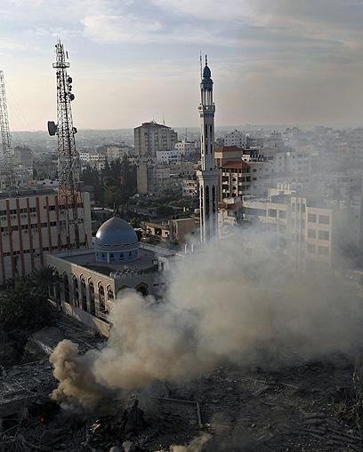 """צה""""ל תקף במשך כל הלילה. רצועת עזה, הבוקר (צילום: AFP) (צילום: AFP)"""