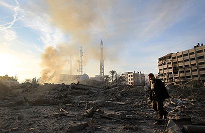 תוצאות התקיפה במשרד ביטחון הפנים של חמאס (צילום: AFP) (צילום: AFP)