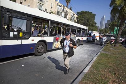 האוטובוס לאחר הפיגוע  (צילום: AP) (צילום: AP)
