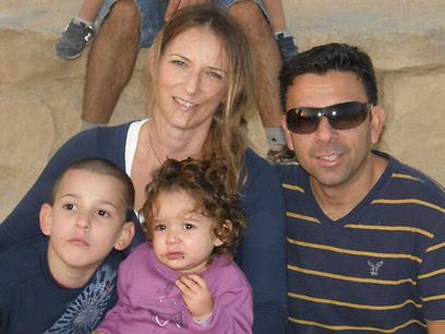 הבעל התייצב לטיפול בילדים. אמור ומשפחתה לפני פרוץ המחלה ()