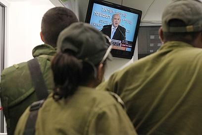 חיילים צופים בנאום של נתניהו (צילום: גיל יוחנן) (צילום: גיל יוחנן)