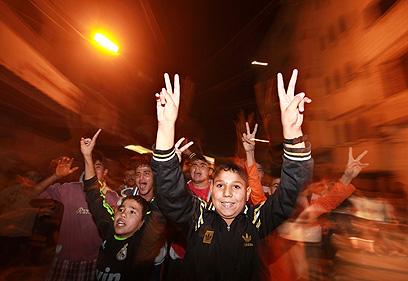 ילדי עזה חוגגים ניצחון (צילום: רויטרס)