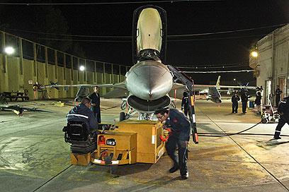 מכינים את המטוסים לעוד גיחה (צילום: באדיבות אתר חיל האוויר) (צילום: באדיבות אתר חיל האוויר)