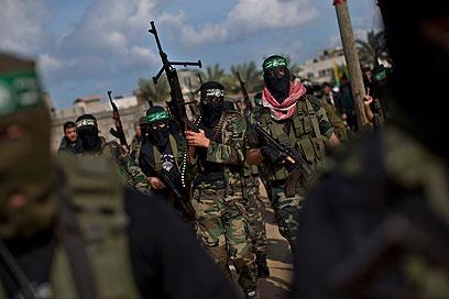 חמושים בהלווית הרוג חמאס, היום בעזה (צילום: AP) (צילום: AP)