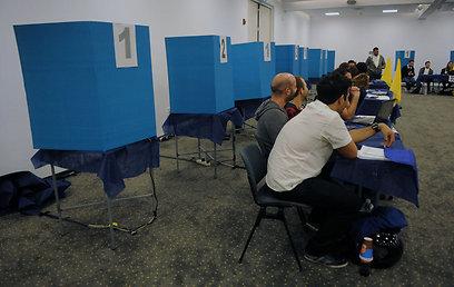 מחכים למצביעים שלא הגיעו (צילום: ירון ברנר) (צילום: ירון ברנר)