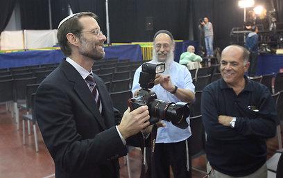 משה פייגלין ממתין לתוצאות (צילום: מוטי קמחי ) (צילום: מוטי קמחי )