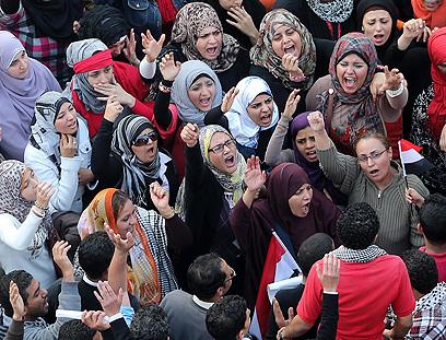 נשים מפגינות בכיכר תחריר נגד מורסי (צילום: EPA) (צילום: EPA)