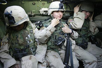 חיילות אמריקניות בעיראק. החזית היא בכל מקום (צילום: AFP) (צילום: AFP)