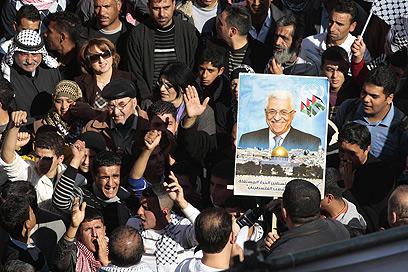 """עצרת תמיכה באבו מאזן והפנייה לאו""""ם בשכם (צילום: רויטרס) (צילום: רויטרס)"""