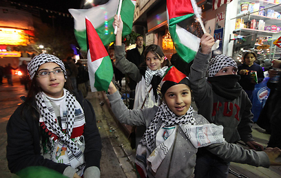 ילדים פלסטינים חוגגים ברמאללה, הערב (צילום: גיל יוחנן) (צילום: גיל יוחנן)