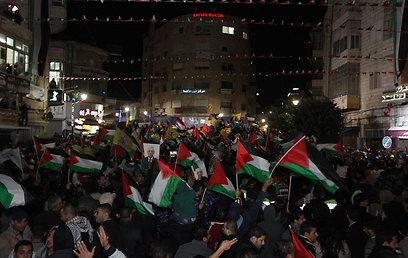 חגיגות עם דגלי פלסטין ברמאללה (צילום: גיל יוחנן) (צילום: גיל יוחנן)