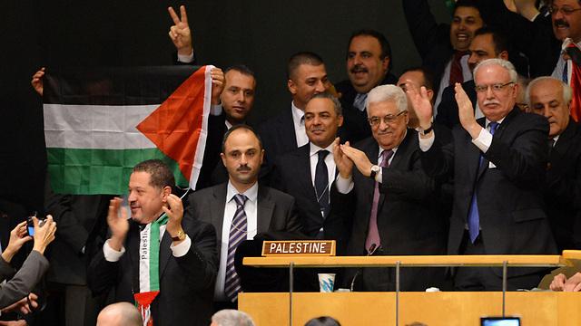 Palestinian delegation celebrating observer status vote (Photo: AFP)