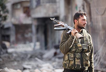 מורד בלחימה בעיר הגדולה בסוריה, חלב (צילום: רויטרס) (צילום: רויטרס)