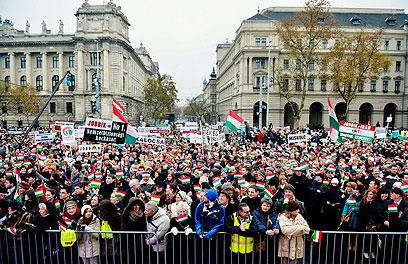 המפגינים מול הפרלמנט (צילום: EPA) (צילום: EPA)