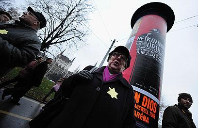 מפגינה עונדת טלאי צהוב. 500-600 אלף יהודים הונגרים נרצחו בשואה (צילום: AFP) (צילום: AFP)