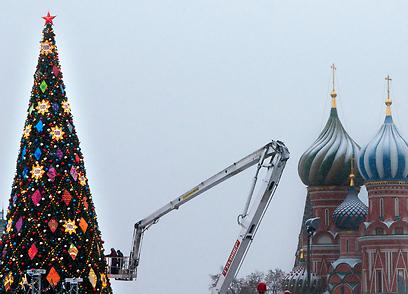 מקשטים את העץ בכחכר האדומה במוסקבה (צילום: AP) (צילום: AP)