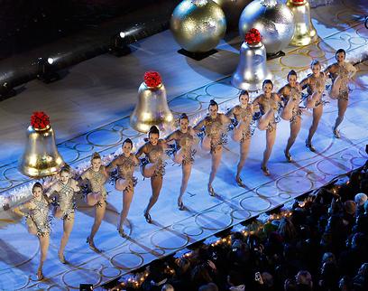רקדניות במופע פתיחת מרכז רוקפלר המקושט (צילום: AP) (צילום: AP)