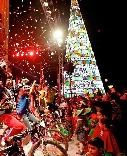 אורות עץ חג המולד בביירות פועלים על אנרגיה שמייצרים רוכבי האופניים (צילום: EPA) (צילום: EPA)