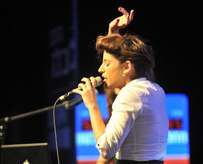 אפרת גוש בהופעתה בהצגת התוכנית הכלכלית של יחימוביץ' (צילום: אבי רוקח) (צילום: אבי רוקח)