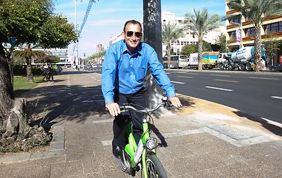 בקרוב גם במכונית? ראש העיר רון חולדאי על אופניים (צילום: אמיר לוי) (צילום: אמיר לוי)