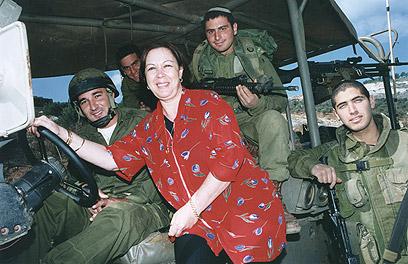 עם חיילים ב-2004 (צילום: אפי שריר) (צילום: אפי שריר)