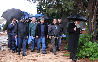 מסע הלוויה בגשם (צילום: אביהו שפירא) (צילום: אביהו שפירא)