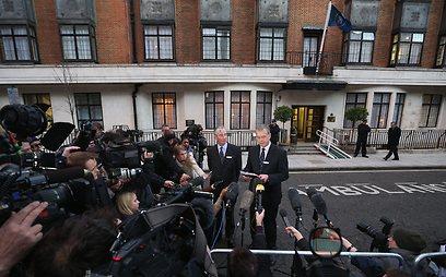 המולה מחוץ לבית החולים בלונדון אחרי ההתאבדות (צילום: Getty Images)