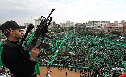 איש חמאס מעל החוגגים בירוק (צילום: AFP) (צילום: AFP)