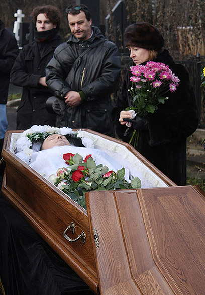 חשף שחיתות ענק, נכלא ונרצח. הלווייתו של סרגיי מגניצקי הרוסי (צילום: AFP) (צילום: AFP)