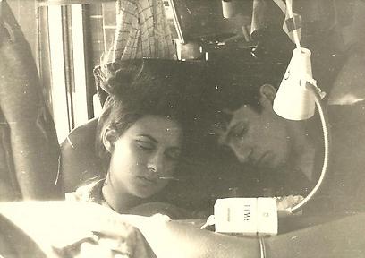 """תמונה שהעלתה הזמרת ירדנה ארזי לעמוד הפייסבוק שלה וכתבה: """"את ענת פגשתי כשהיא התגייסה ללהקת הנח""""ל שבה הייתי חברה. אני זוכרת היטב את הנסיעות הארוכות באוטובוס של הלהקה ובמיוחד את הספסל של ענת וגידי, עם הפנס, השמיכה, הסיגריות והאווירה הביתית באמצע שום מקום. הרומן ביניהם נרקם לנגד עינינו ונגדע היום באופן כל-כך טרגי ופוצע את הלב. לא מזמן נפגשנו, היא הזמינה אותי לבכורת """"סוף טוב"""" ונתתי לה במתנה תמונה שצולמה באותם ימים. הלב נשבר ויוצא אל גידי, הילדים והנכדות"""" (צילום: שמעון ויצמן) (צילום: שמעון ויצמן)"""
