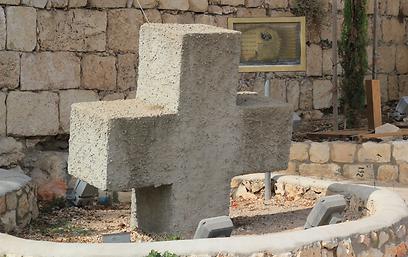 הצלב של תומרקין במרכז הכנסייה במעיליא (צילום: שחר גל-נור) (צילום: שחר גל-נור)
